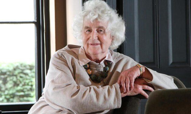 Murió Jan Morris, periodista y pionera del movimiento transgénero, a los 94 años