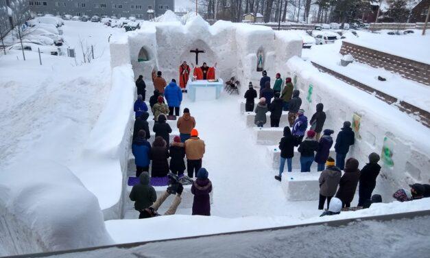 Celebran Misa en una capilla hecha de hielo